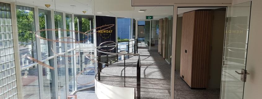 20200529 192038 845x321 - Newday Offices Amsterdam. Ruim 600 m2 vloerafwerking en trapbekleding geleverd en gelegd.