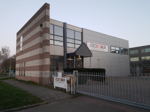 Blokzijl TCL Almere 1 300x225 - Blokzijl TCL installatietechniek Almere. 160m2 projecttapijt Balsan Script in kantoren en trappenhuis. Entreemat Emco.