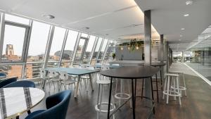 nieuw kantoor rotterdam 5 300x169 - Kantoor Colliers International Blaak Rotterdam. 600 m2 vloerafwerking plus div. kleden van Interface en Ege carpets geleverd en gelegd.